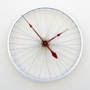 reloj con una rueda de bicicleta