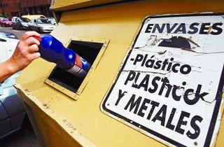 El contenedor de color amarillo es el que corresponde al reciclaje de envases de plasticos, briks y latas.