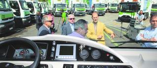 El personal de Renault observa las caracteristicas de uno de los nuevos vehiculos de la flota de Emulsa. juan plaza