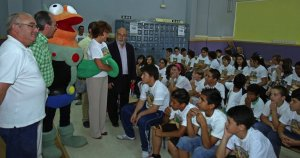 Acto sobre reciclaje con alumnos de 5º y 6º de Primaria en el colegio Candido Nogales. :: FRANCIS J. CANO