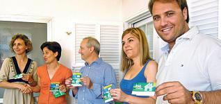 Miembros del Ayuntamiento entregan carnets de recicladores.  P. C.