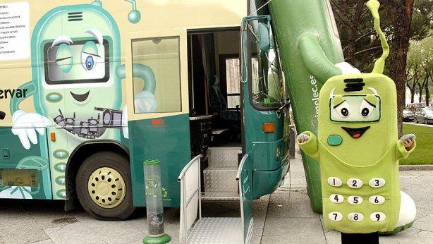 Campaña Tragamovil de 2007 para concienciar de la importancia de reciclar los telefonos moviles. (Efe)