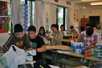 Alumnos de tercero de ESO, en plena confeccion de la muestra que el jueves se presenta en Bande. (Foto: )
