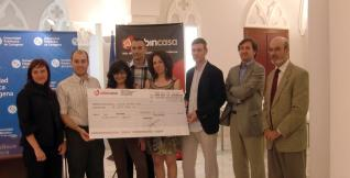 Directivos de Urbincasa entregaron el premio a los ganadores.  L.O.
