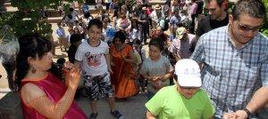 Niños y mayores observan a una de las actrices de Tamanka Teatro. :: ANTONIO TANARRO