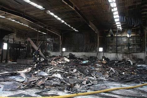 Incendio. La planta de reciclaje esta asegurada a todo riesgo por lo que ahora se esta a la espera del peritaje y del informe de los Bomberos - Gemma Andreu