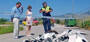 El alcalde accidental y la concejala de servicios comprueban el vertido con la Policia.  P.C