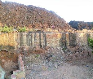 Un montaña de residuos en la planta de biogas de Picassent. :: LP