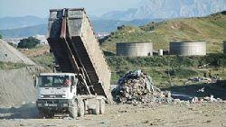 Un camión vierte residuos · Autor: VCG