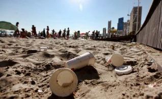 Basura vertida en la playa de Levante, ayer.  DAVID REVENGA