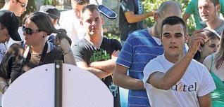 Un joven lanzando su movil a canasta. // Jesus Regal