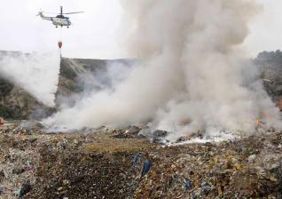 Un helicoptero descarga agua sobre los focos del incendio, ayer por la mañana en Silleda. / beranbe/ javier lalin