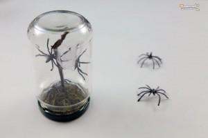 adornos de halloween en frascos de vidrio reciclados